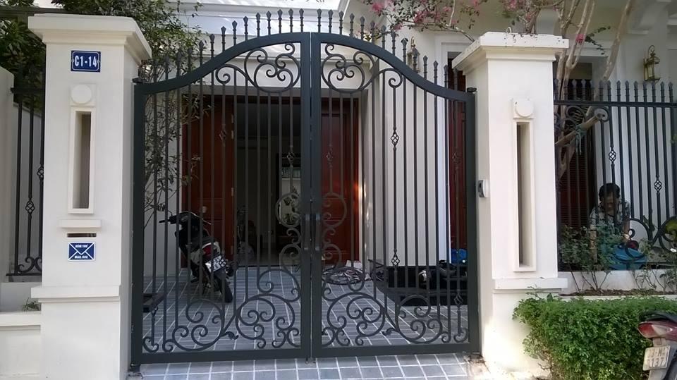 Mẫu Cửa cổng sắt Giả Gỗ + mái ngói + hàng rào CK323